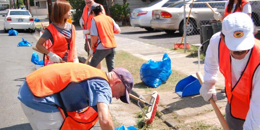 Moiliili gathers to clean up community
