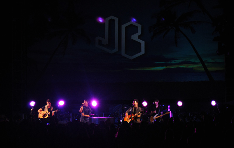 Fans flood Waikiki Beach for 'Five-0,' Jonas Brothers