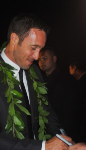 Alex O'Loughlin graciously signing autographs for his fans.(photo by Alanah Torre)