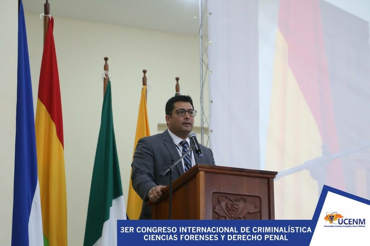 Carlos Gutierrez speaking on the topic of forensic science at a recent lecture in South America.