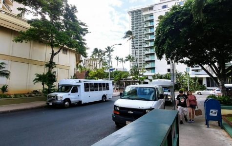 Tour busses on Koa Ave dropping tourists off at the Hyatt Regency